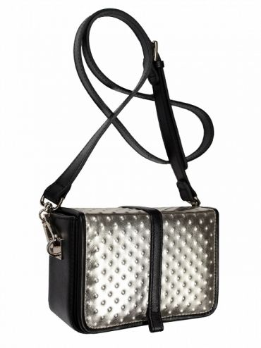 Extremely elegant leather coffer with shoulder belt. The bag is made of italian leather. From the inside it is decorated with quilted satin lining in silver. Active suspended for a long, adjustable belt. Stiffen the flap is closed with two magnets. Each original handbag GOSHICO id is in the middle of the insert with our logo. PRICE:192.81 € http://goshico.com/en/torebka-boxy-1361.html