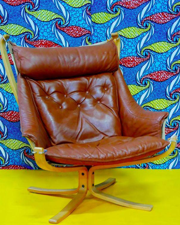 Sigurd RESSEL (1920 - ) Modèle Falcon, créé en 1974 Fauteuil en bois stratifié teinté, piétement à quatre patins, assise de tissu suspendue par des anneaux et garniture de cuir brun capitonné amovible Portant une étiquette de l'éditeur Vatne Möbler/Made in Norway  H. : 42,5 et 97,4 cm. L. : 73,3 cm. P. : 79 cm.  #design