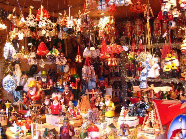 ウィーンでは11月下旬からいろいろな場所でクリスマスマーケットが行われるのを知っていますか?ウィーン観光と一緒にクリスマスマーケット巡りなんていかがでしょうか?お土産にも自分用にもなるかわいい雑貨がいっぱいです!そんなウィーンクリスマスマーケットをご紹介します! ウィーン市庁舎前広場のクリスマスマーケット 画像出典元:www.weihnachtsmarkt-magazin.de ウィーン市庁舎前で行われるクリスマスマーケットは伝統的なクリスマスマーケット。150ほどの屋台が出て、クリスマスツリーのデコレーションやプレゼント用品など、雑貨やおもちゃはもちろん、お菓子やホットドリンクなどの飲み物や食べ物も並びます。 キリストの誕生シーンを表している飾りであるクリッペに使う小物が沢山売っています。 画像出典元:www.tanquedepublicidad.com かわいいおもちゃやオーナメントがいっぱい。どれも可愛くて欲しくなっちゃいます! 【ウィーン市庁舎前広場のクリスマス・マーケット】 英名:Wiener Adventzauber und Christkindlmarkt…