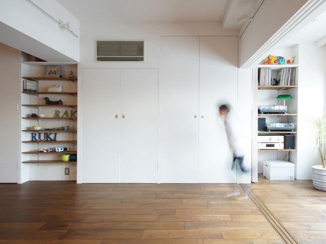壁面と一体化した大きな収納  布団などさまざまなものを収める壁面収納。白い壁とウォールナットの床でナチュラルな仕上げに