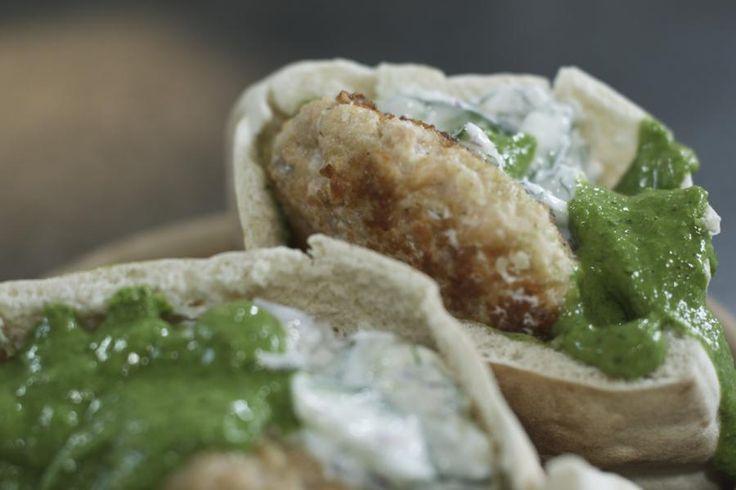 Wie eens creatief wil zijn met vis, kan er heerlijke burgers van maken. In dit recept gebruikt Jeroen stukjes zalm. Omdat het visvlees gemalen wordt, is het helemaal niet nodig om dure filets of een zalmhaasje te kopen. Met een smakelijke komkommersalade erbij zal deze visburger van vrijdag-visdag een vrijdag-verrassingsdag maken.