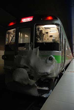 北海道の旅が始まる、空港の地下にある駅。改札横の軽食スタンドで朝食を取り、ホームに降りると、空気がひんやりしている。停まっている列車に、雪が凍り付いている。[2011/1 新千歳空港駅 JR千歳線空港支線3859M快速エアポート93号札幌行(721系)]新年明けましておめでとうございます。躍動感のある鉄道の景色は、自然の織り成す季節ごとに、日本各地に広がっています。自然災害の多かった旧年を振り返りつつ、新年が自然と調和...