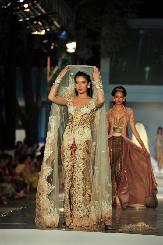 kebaya wedding dress - truly indonesian. Look like my kebaya wedding dress but in red and there's obi in it.