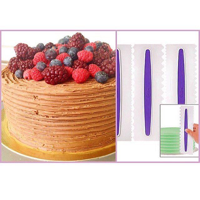 Dica do dia  Essas espátulas dão um acabamento lindo e são muito fáceis de usar! Nesse bolo eu usei da marca Wilton, você pode comprar online ou achar alguma semelhante em qualquer loja de confeitaria! O conjunto vem 3 espátulas o que da 6 opçōes de decoração!  #tips #tipsforchefs #kitchen #cake #cakedesign #cheferosset #chef #bolo