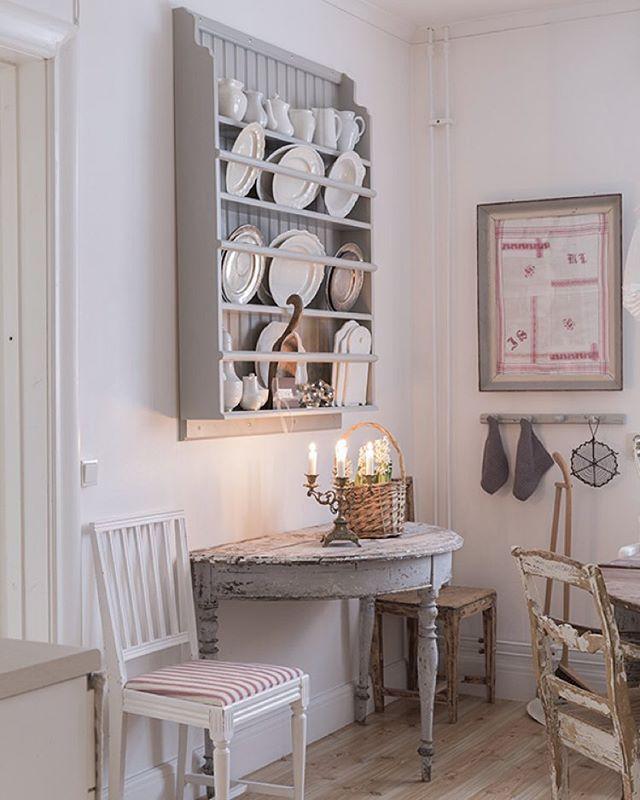 Jahapp. Alltså måndag igen Jag vet inte var ledigheten tog vägen. Idag står bokföring på schemat. Och lite kök här. Ha en bra dag❤️ Monday again! The weekend went on too fast I think. Now It's time to work and show another picture from our kitchen. Have a nice day friends❤️ #kitchen #kök #lantligt #lantligtkök #finahem #vakrehjem #interior #interior4all #manbord #tallrikshylla #tavla #lägenhet #apartment #myhome