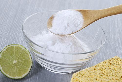natron oder essig oder wasserstoffperoxid gegen flecken oder schweiß auf der wäsche, zb. verdünnt mit wasser aufsprühen, 30min wirken lassen, waschen. zitrone gegen gerüche