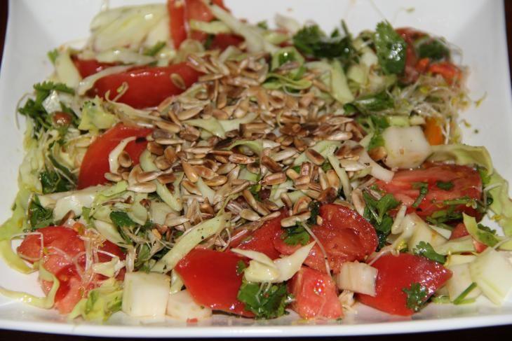 Koolsalade,  - ¼ spitskool  - 2 grote vleestomaten  - ¼ venkel  - 15 g alfalfa  - 10 g verse koriander  - 1 el zonnebloempitten  - 1 el olijfolie  - zeezout  - versgemalen peper