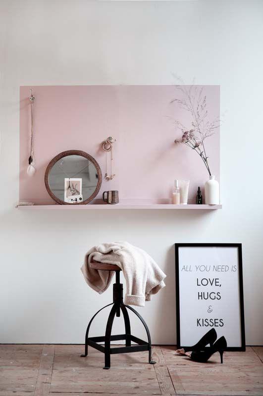 KARWEI | Spiegeltje, spiegeltje aan de wand… Aan deze leuke, zachtroze kaptafel kun je je uitgebreid mooi maken. #karwei #diy #wooninspiratie