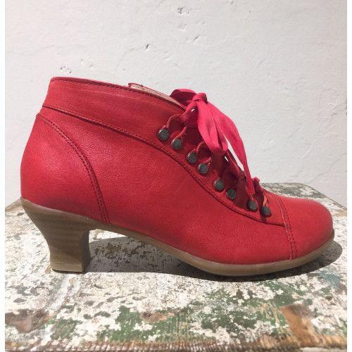 """<p><span>Brako, Rock Rojo Mistic enkellaarsje in rood, jaren '40 stijl ziet er niet alleen fantastische uit, maar lopen ook nog eens heerlijk! Nieuwe lente/zomer collectie!</span></p>  <p><span style=""""color: #656565; font-family: Clavo, 'Times New Roman', Times, serif; font-size: 13px;"""">"""