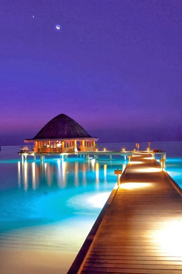 Maldives なんてロマンチックなんでしょう。夢の浮き橋…