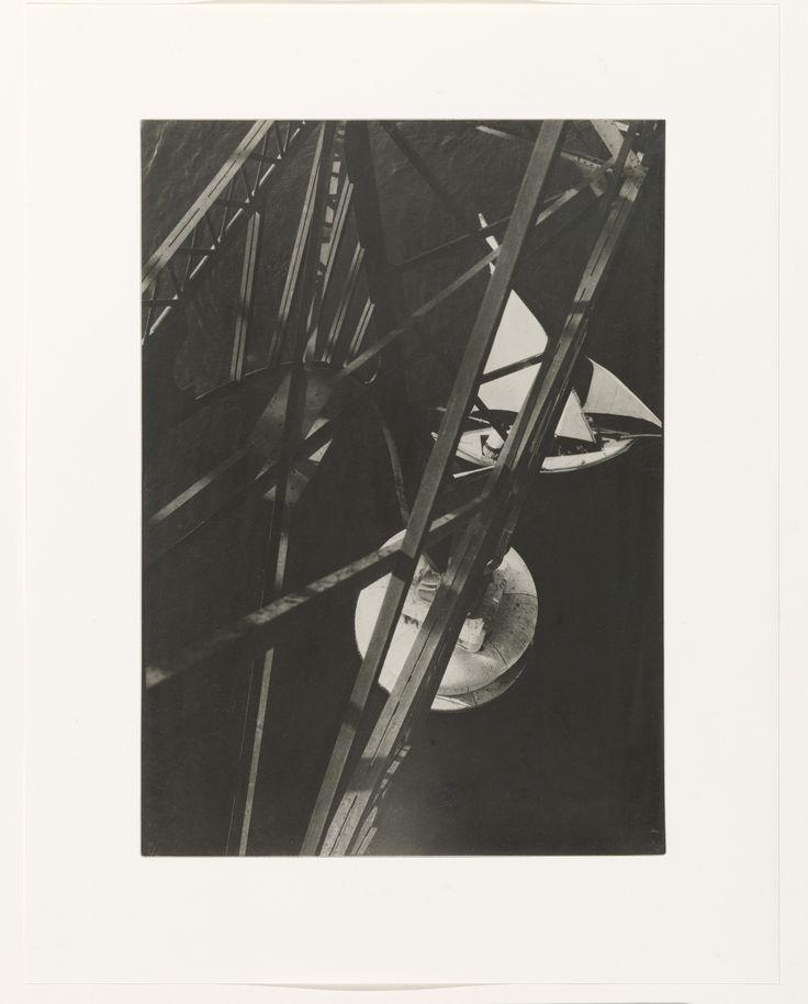 """Nieuwe vleugel, nieuw perspectief. Nog 11 dagen en de Philipsvleugel gaat weer open. Daar zie je in de tentoonstelling 'Modern Times' deze favoriet van Jan de Bont: """"Zijn tijd ver vooruit. Hij dwingt de kijker om anders naar fotografie te kijken. Iets alledaags wordt iets abstracts. Maar in de eerste plaats is het een mooie foto, eentje waar ik keer op keer naar blijf kijken.""""   Beeld: Gezicht vanaf de Pont Transbordeur, Marseille, László Moholy-Nagy, 1929"""