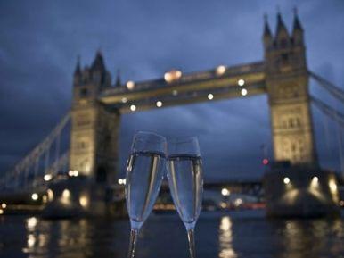 Jos hääpari on lähdössä Lontooseen, lahjaksi voi antaa romanttisen Illallisristeilyn Thamesilla kahdelle