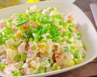 Salade russe Olivier allégée en macédoine au yaourt : http://www.fourchette-et-bikini.fr/recettes/recettes-minceur/salade-russe-olivier-allegee-en-macedoine-au-yaourt.html