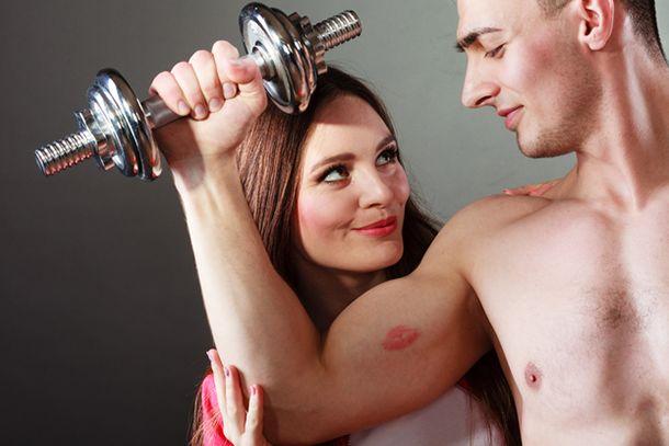 前腕筋トレ女性は腕まくりしたときの腕に注目しているほどよい筋肉で男らしさをアピールしよう