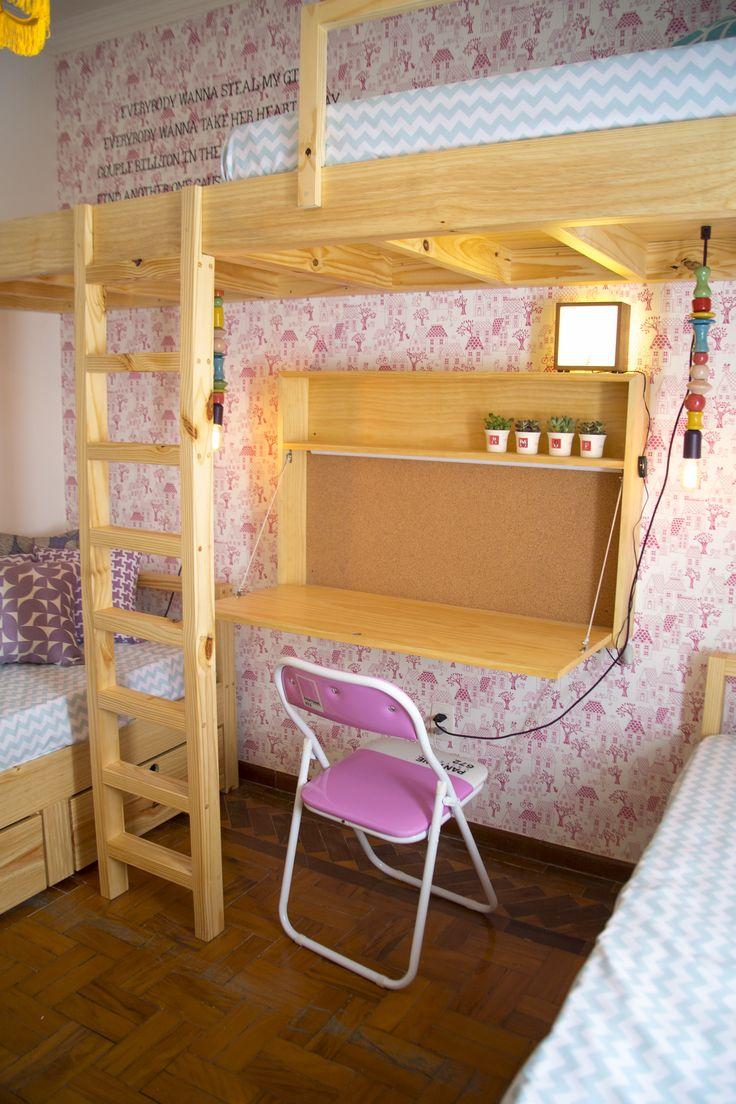 Decora Rosenbaum Temporada 2 - Quarto de Meninas. Papel de parede rosa, mezanino no quarto, escrivaninha suspensa, cadeira pantone rosa. Foto: Felipe Felco Valle