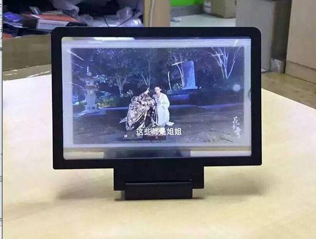 An awesome Virtual Reality pic! Mau nonton dari smartphone dengan tampilan di layar lebar? Gunakan saja Enlarged Screen Mobile Phone 3D!  Enlarged Screen Mobile Phone 3D  Model produk: 3d ponsel layar yang diperbesar Bahan: plastik berkualitas tinggi Warna: hitam dan putih Model yang kompatibel: untuk iphone 6 ditambah 5 5S 4S ios samsung dan ponsel lain Paket: paket ritel mode  Fitur  1. Memperbesar layar telepon genggam untuk menonton layar yang lebih besar dari 2x  4x  2. 3D-like tampilan…
