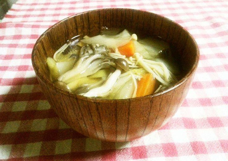 たっぷり野菜・きのこで、生姜入り。とろみがあって、温まる満足感のある醤油ベースの汁物です
