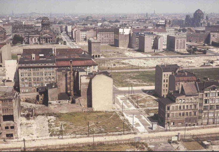 Berlin | DDR. Leipziger Straße - Gendarmenmarkt - im Vordergrund die Mauer an der Zimmerstraße 1963
