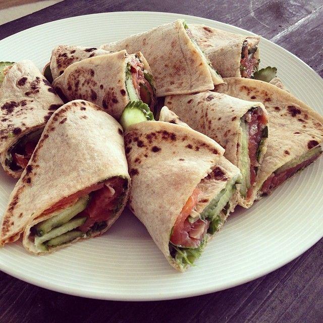 Sunn og enkel 17. mai frokost - #speltlomper med #røkt #laks, #kremost, #ruccula, #agurk og et dryss #pepper #eggerøre ☺️ #Padgram
