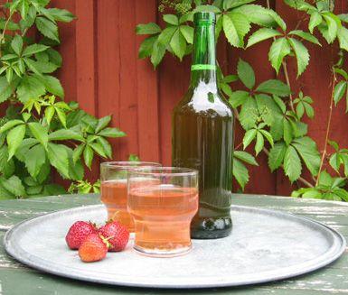 Gör din egna charmerande jordgubbssaft, som du kan servera på kalaset eller middagen. Saften får en naturlig, söt smak och ger dig en härlig sommarkänsla.