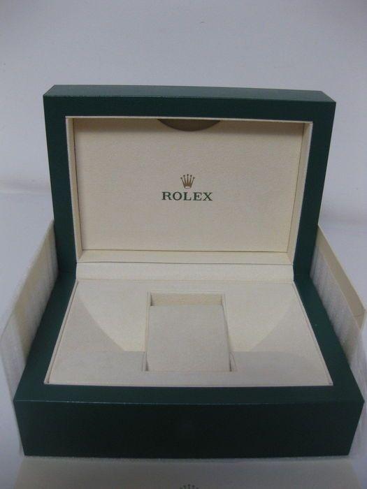 Rolex - groene doos met golf ontwerp en beige mouw - Model 39139.64  Groene Rolex doos met wave ontwerp en beige buitenste doos.Interieur met verwisselbare beige kussen weergevenVoorwaarde: Nieuw perfect.Afmetingen: 18 x 13  8 cmVerzending met tracking.  EUR 1.00  Meer informatie
