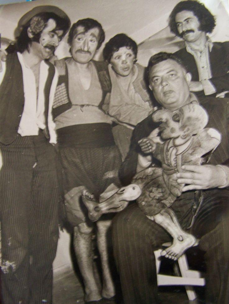 Ο Γιώργος Χαρίδημος με τον καραγκιόζη στο χέρι.