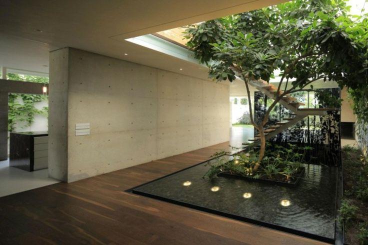 patio interior con estanque koi