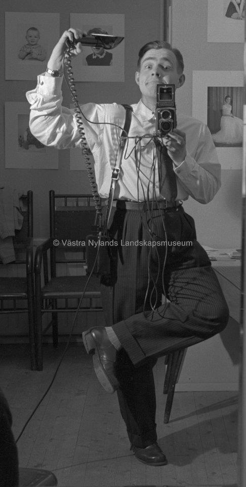 Selfie med Harry Holmström, tidigare fotograf och ägare av ateljé Holmström (1957). Selfie with Harry Holmström, a photographer and the previous owner of Ateljé Holmström (1957). #EKTAMuseumcenter #Selfie #oldselfie #Ekenäs #Howtotakeaselfie