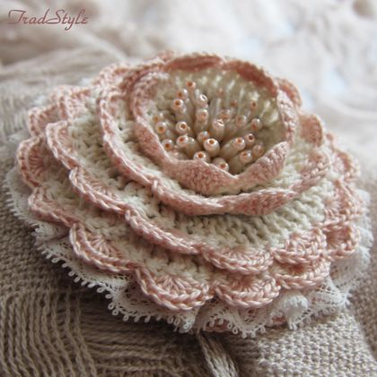 Broche `Valse des fleurs». Petite broche délicate faite dans un style vintage romantique. Teintes de base: ivoire, rose, écru pripylenny. Fil de coton d'occasion, coton fine dentelle, perles, perles.