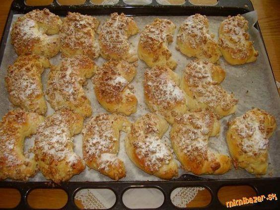 Rohlíčky trdelníčky - na spôsob Skalického trdla                                      250 ml mlieka, 2 PL umu, 3 PL rozpusteného masla, štipka soli, 3 žĺtky, 400g polohrubej múky, 8 PL cukru, 1 bal. sušeného droždia - ja som použila malú kocku droždia Fala. Na posyp: 200 g nasekaných vlašských orechov. Na posyp: práškový cukor zmiešaný s vanilkovým.