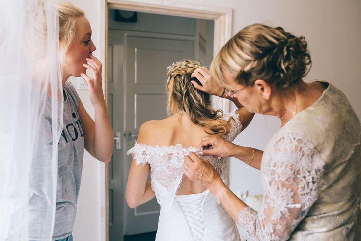 Gevlochten haren in combinatie met een kanten jurk geven een fijn romantisch effect. //Foto: Wianda Bongen Photography.