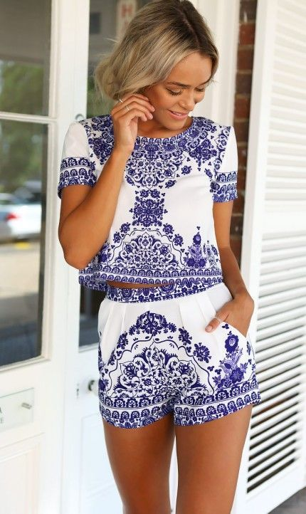 This two pieces clothing set with short sleeves t-shirt and short shorts. With vintage print on, this two pieces suit is fashion and elegant.