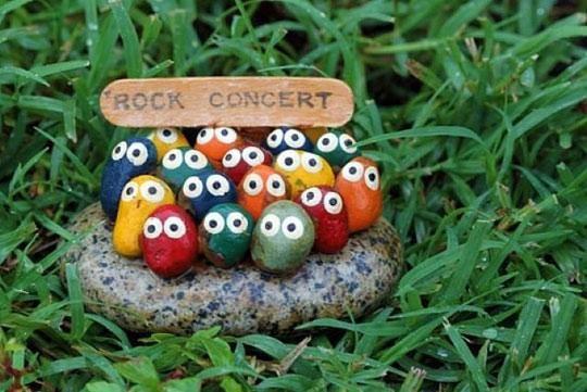 お庭でひょっこり存在感を放つ☆可愛いロックアートをお庭に置いて癒される