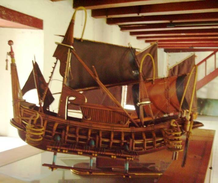 Kapal ini dibuat berdasarkan relief yang ada di Candi Panataranan di Jawa Timur. Kapal ini menunjukkan kejayaan bahari Kerajaan Majapahit pada abad 13-15. Tiruan kapal ini diberi nama Damar Segara yang berlayar dari Semarang menuju Thailand.