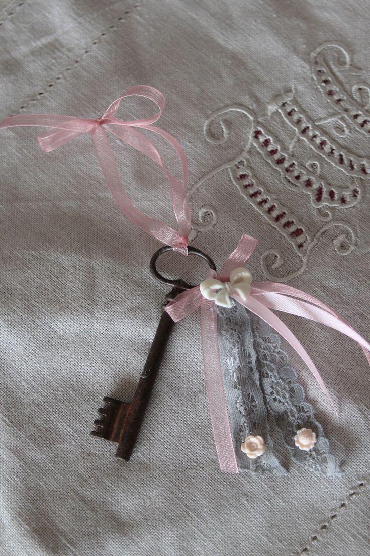 Clé ancienne romantique - bijou de porte ou à poser - esprit shabby chic : Accessoires de maison par charmyandco