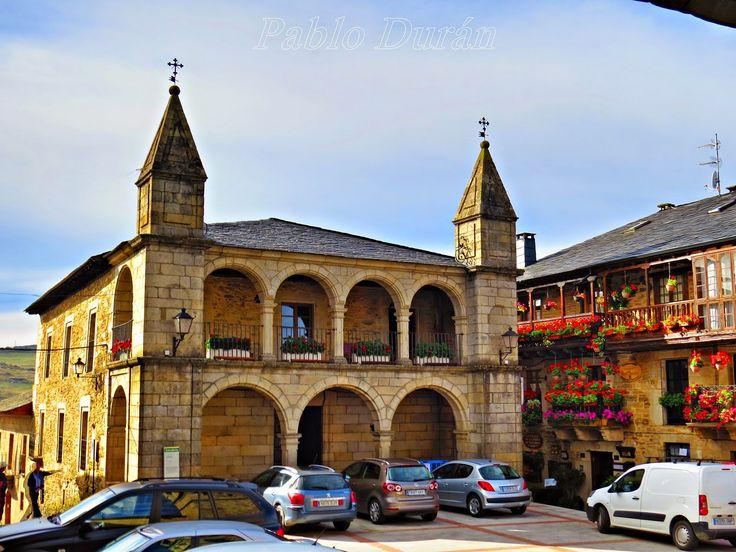 Ayuntamiento de Puebla de Sanabria (Zamora). Situado en la Plaza Mayor.