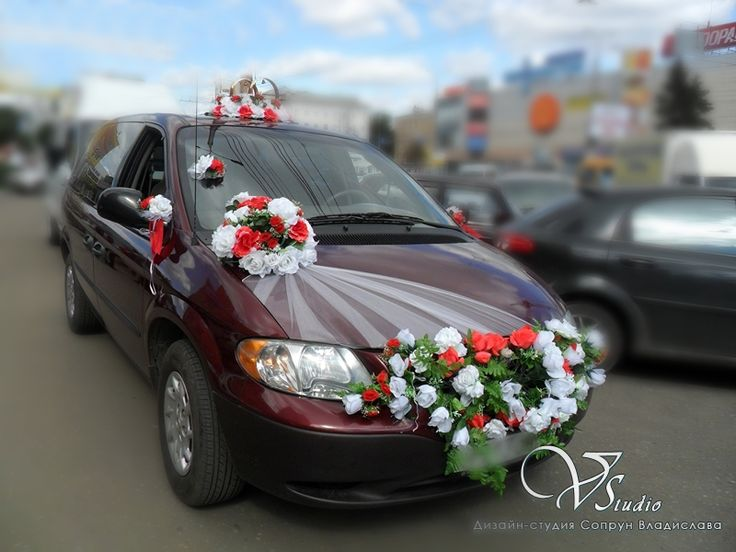Украшения для свадебного автомобиля с белыми и красными розами: кольца, розетка, розетты, украшение на бампер, сетка на капот, украшения на зеркала. Прокат.#свадьбы #украшение_автомобиля #прокат #белый #красный #розы #soprunstudio