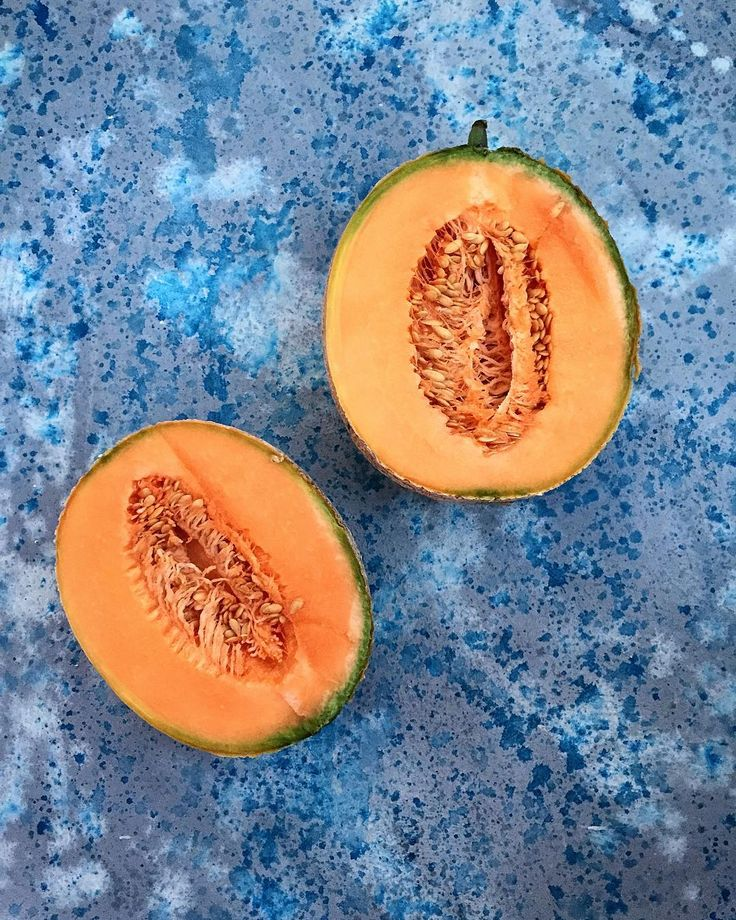 Handmade one-of-a-kind background withwhite spotted and structuredoptic, for professional use in photo studio. Perfect for food styling, product and brand photography. They were developed in collaboration with a studio, specialized in production of video recipes and various editorial material. Our one-side backgrounds are made on a MDF panel with smooth surface and weredecorated with acrilic and/or natural colours.