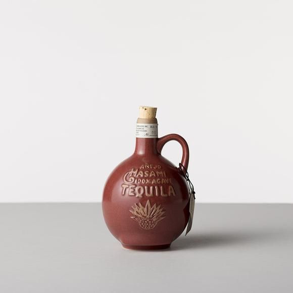 メキシコの風土をイメージしたカラーバリエーションと貫入釉(ヒビ模様)。蜂の巣の様に六角形を連結させることができ、色を組み合わせて使用できます。ランドスケープをシーンに自然と住まいをつなぐデザインを提案。  メキシコのテキーラ瓶をデザインソースにしたボトル。インテリアとして飾っていただいたり、フラワーベースとしてもおすすめです。  注意事項 電子レンジ・食洗機・オーブン・直火では使用できません。釉薬表面の細かなヒビ模様は貫入(かんにゅう)といい、陶土と釉薬の収縮率の違いから生じるもので、人為的にできたヒビではありません。年数をかけ少しずつ貫入が生じますが割れる心配はありません。ヒビ模様には個体差があります。