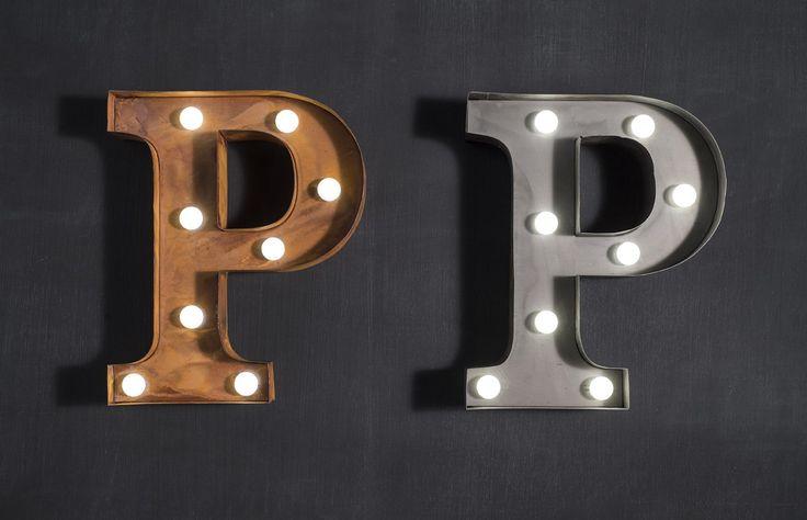 Marquee light letter 'P' in bronze or zinc metal finish. Requires 2 AA batteries. Measures 19 cm wide x 23 cm high x 5 cm deep.
