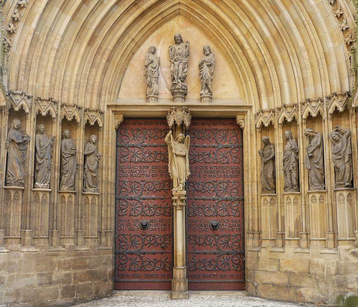 Az erfurti katedrális ajtaja. A katedrális a 14. század első felében készült, kapuján csigás vasalás.
