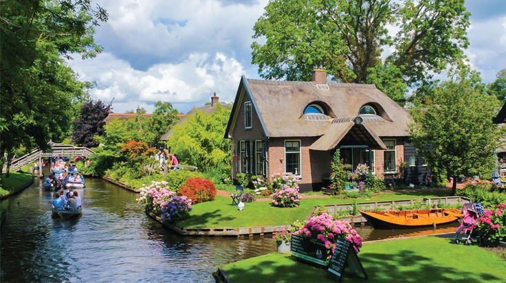 Your guide to Giethoorn: A Magical little town in the Netherlands with no roads. What to do, where to stay & how to get there!