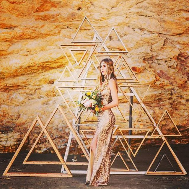 Fun geometric backdrop 😱❤️ #geometricwedding #wedding #backdrop #bridetobe #weddinginspiration #weddingplanner #weddingplannerbrisbane  inspiration from @100_layercake