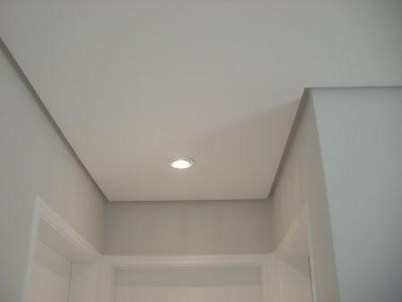 Junta de dilatação ou forro tabicado ou sombreado afastado alguns centímentros da parede, cria um pequeno vão entre o teto e a parede, chamado linha de sombra, que passa a impressão de que o teto é flutuante.