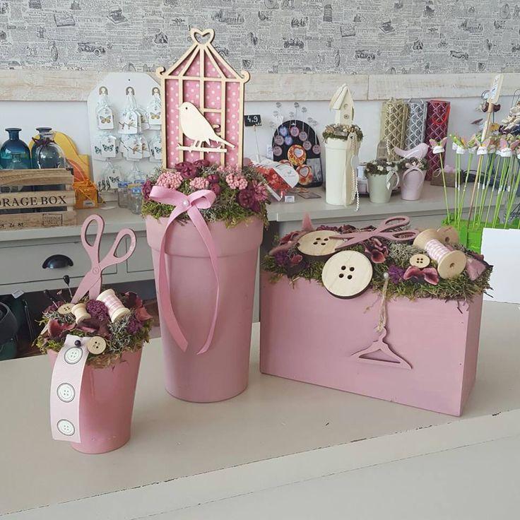 Ghiveciuri roz decorative cu nasturi, păsări, forfecuţe din lemn şi diverse obiecte decorative.  Decorative. Hotchpotch. Decorative small objects. Scissors. Birds. Buttons. DecoDepot. Braşov.