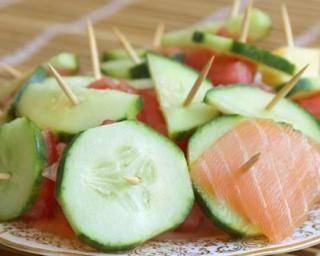 Brochettes d'apéritif au concombre et au saumon : http://www.fourchette-et-bikini.fr/recettes/recettes-minceur/brochettes-daperitif-au-concombre-et-au-saumon.html