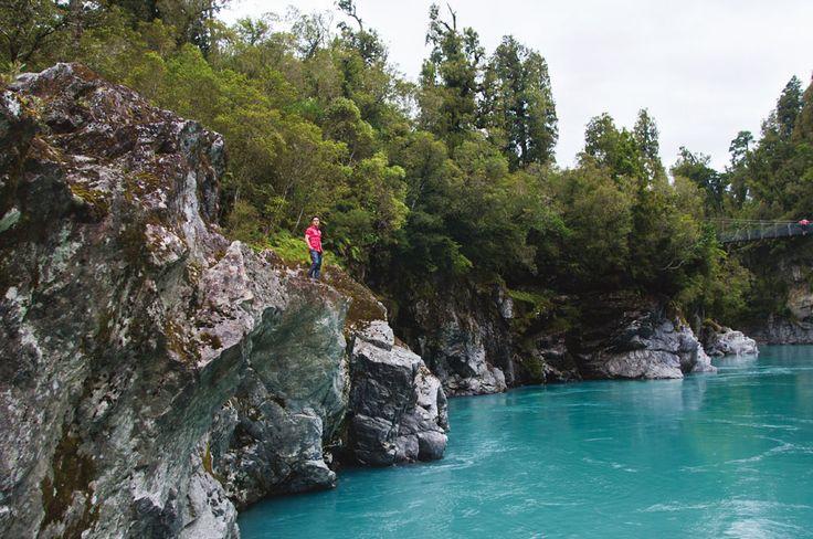 Air yang membawa deposit gletser di Hokitika Gorge. Gletser merupakan salah satu fenomena alam Selandia Baru yang sayang untuk dilewatkan.