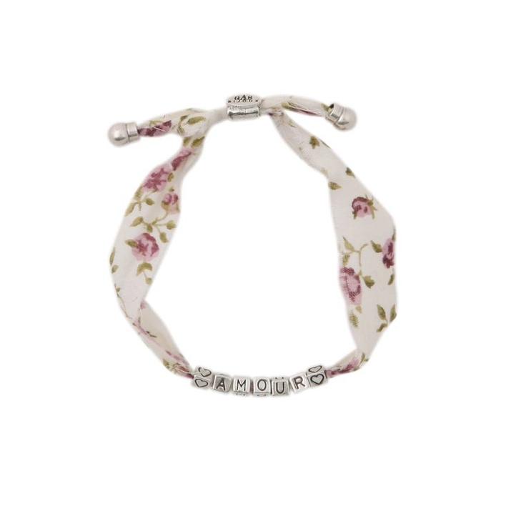 """TENDANCE LIBERTY - BRACELET AMOUR EN LIBERTY (coloris rose)  Bracelet porte-bonheur composé de cubes en métal argenté, gravés de lettres composant le mot """"AMOUR"""". Existe également avec le message """"BONHEUR"""". La taille du bracelet est ajustable grâce à un lien coulissant.  Prix : 40 €: Le Message, Coloris Rose, Tendance"""