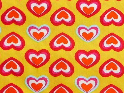 Auf dem Baumwollstoff befinden sich viele kleine Herzen.   Die Farben sind klar und eindeutig.  Die Herzen erinnern einen an Langnese.  Der Baumwollstoff mit den Herzen ist von Stenzo.  Die Herzen sind 3cm breit und 2cm hoch.  Ein lustiger fröhlicher Stoff.  Aus der Meterware lassen sich Kleider, Kinderkleider, Blusen, Kinderblusen, Kissen, Bettwäsche, Gardinen und vieles mehr herstellen.  Ein sehr angenehme Ware.  Der Stoff liegt 1,46 m und es sind 2 m vorhanden.