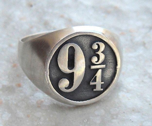 La bague Harry Potter (54 €).   35 bijoux incroyables inspirés par des livres